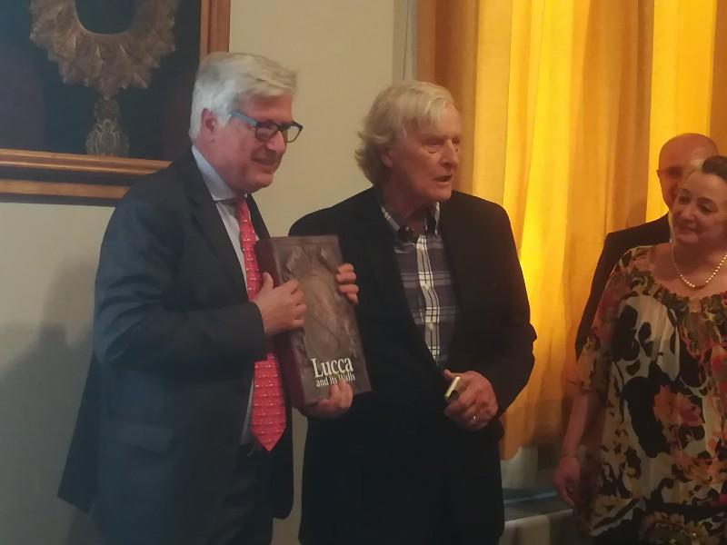 "Actor Rutger Hauer interpreter in the film Blade Runner is honored with the book ""Lucca and his Walls"""