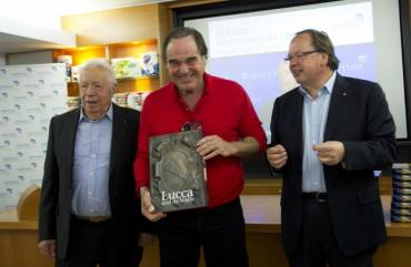 "The director Oliver Stone honored with book ""Lucca and its Walls"""