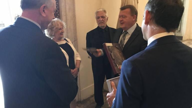 Il premier Danese Rasmussen è stato omaggiato di due libri editi da Publied